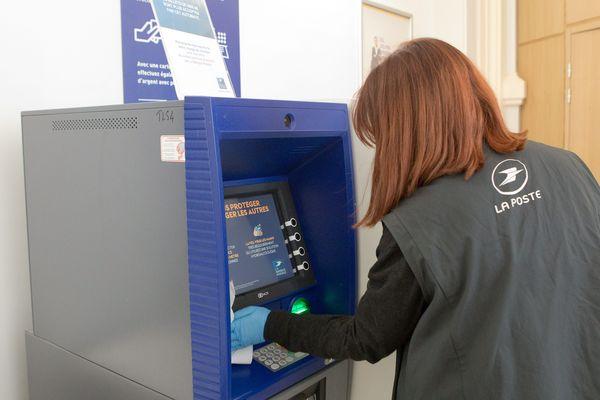 Dans la Somme, les opérations de retrait d'espèces seront assurées à partir du 6 avril dans 15 bureaux de poste ainsi que dans au moins 19 agences postales communales (image d'illustration).