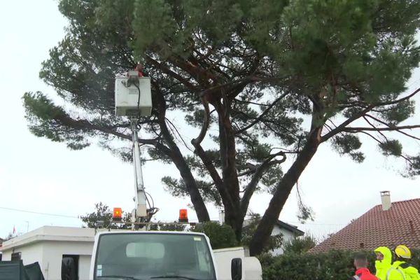 Intervention des pompiers ce dimanche matin 6 décembre 2020 à Anglet après le passage d'une mini tornade dans la nuit.