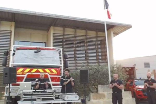 Deux sapeurs-pompiers professionnels de la caserne de Sommières, un DJ et un chanteur, pour un live musical en hommage à tous ceux qui travaillent pendant le confinement.