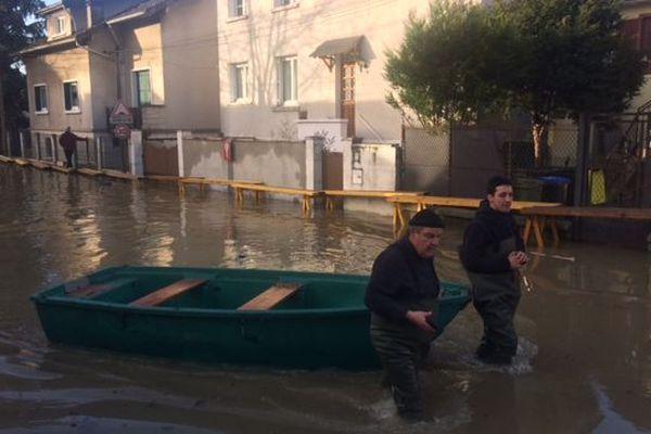 Des barques circulent dans les rues de Villeneuve-Saint-Georges, dans le Val-de-Marne, le 23 janvier 2018.