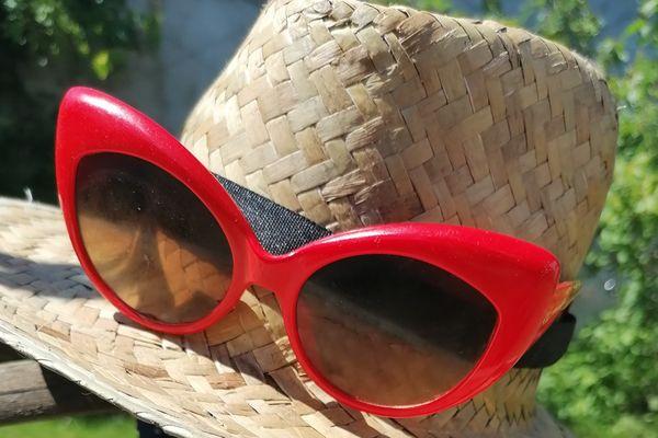 Les accessoires du jour : chapeau de paille et lunettes de soleil