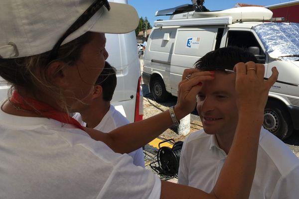 Paul Brousse, notre consultant et sélectionneur de l'équipe de France cycliste féminine élite entre les mains de notre maquilleuse Séverine