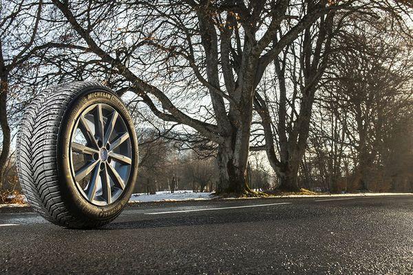 Présenté le 2 mars 2015 à Genève, le Michelin CrossClimate est le premier pneu été certifié pour une utilisation hivernale.