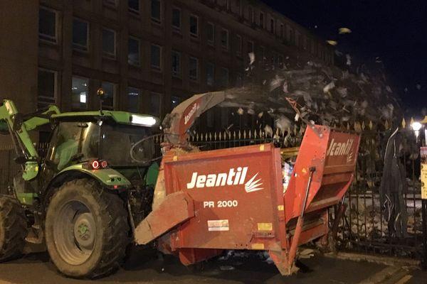Les jeunes agriculteurs de la Manche pulvérisent du papier vers la Préfecture de Saint-Lô, mardi 2 septembre 2019