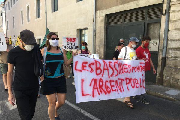 """Les opposants aux """"bassines"""" dénoncent le financement de retenues de substitution par la région Nouvelle-Aquitaine lors d'une manifestation à Poitiers, le 11 juillet 2020."""