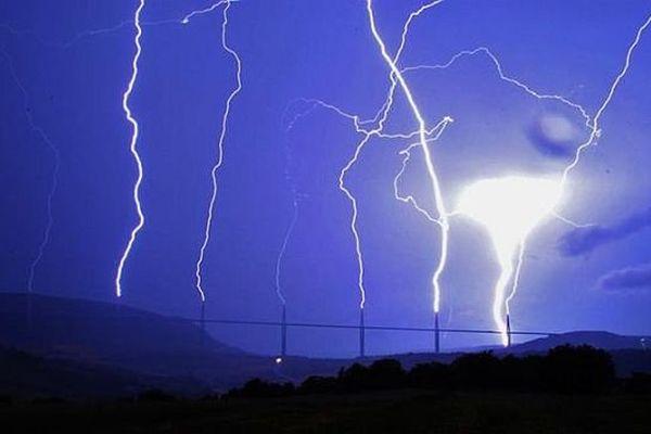 Millau (Aveyron) - la foudre tombe sur les 7 pylônes du viaduc en même temps - 7 août 2013.