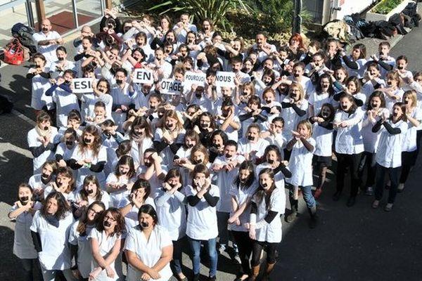 Hier à Niort les élèves infirmiers ont protesté contre les mesures de suspension de stages