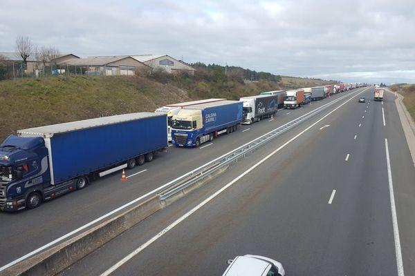 L'A75 bloquée par les routiers qui protestent contre la hausse du prix du gazole