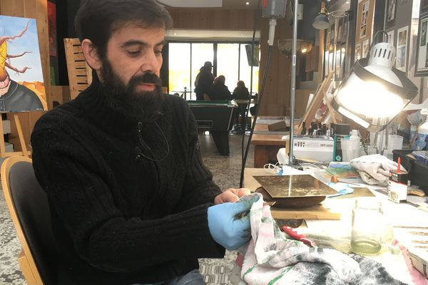 Selestino Roxo dans son atelier vivant au café Le zénith à Blois