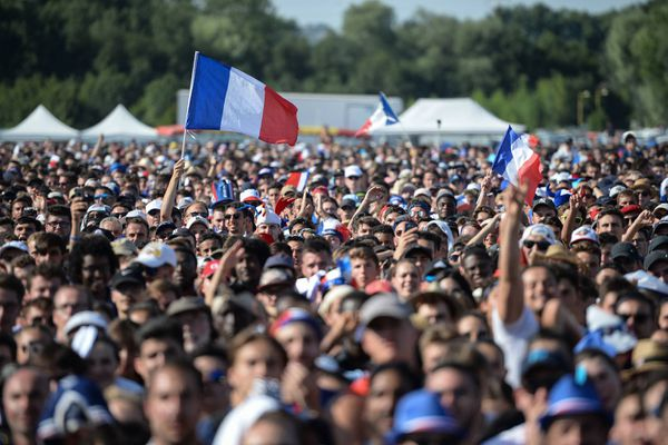 Les supporters tourangeaux exultent dans la fan-zone du parc de la Gloriette après la victoire de la France contre la Croatie (4-2) lors de la finale de la Coupe du Monde le 15 juillet 2018.