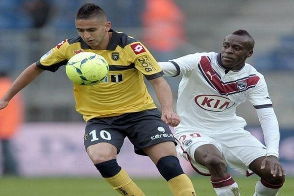 Ryad Boudebouz, ici face à Maxime Poundje, aura ouvert le score sur penalty pour le FC Sochaux.