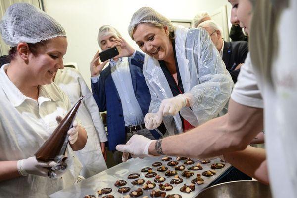 Marine Le Pen en visite dans une chocolaterie à Besançon Chalezeule