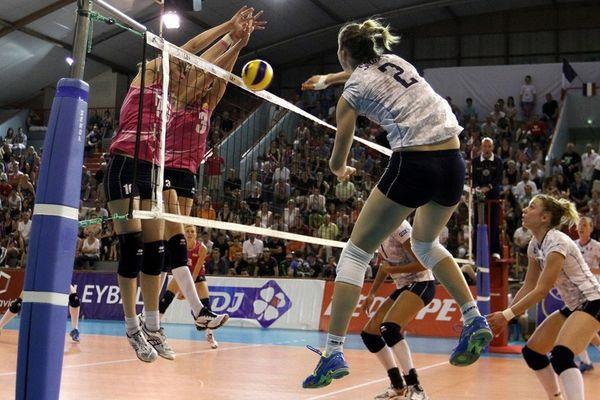 La Rémoise (n°2) à l'attaque, lors du tournoi de qualification à l'Euro, contre l'Ukraine, le 8 juin 2013.