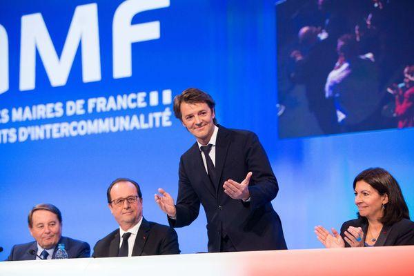 Le 2 juin 2016, au congrès de l'association des maires de France, présidée par François Barouin. A sa gauche, la maire de Paris, Anne Hidalgo. A sa droite, le président François Hollande et André Laignel, maire d'Issoudun et vice-président de l'AMF.