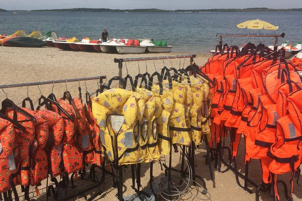 Le port du gilet de sauvetage est obligatoire, pour les enfants et les adultes / Lac d'Orient, juillet 2018
