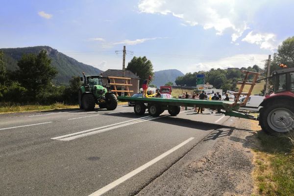 La route nationale 88 est bloquée par les agriculteurs en colère, suite à la rave-party sauvage organisée sur le Causse Méjean en Lozère.