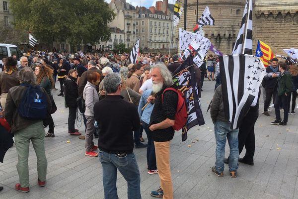 Des dizaines de Gwenn ha Du dans les rues de Nantes pour une Bretagne à 5 départements