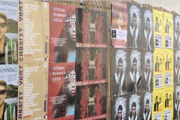 Les allées du Printemps de Bourges recouvertes d'affiches à l'effigie des artistes du festival.