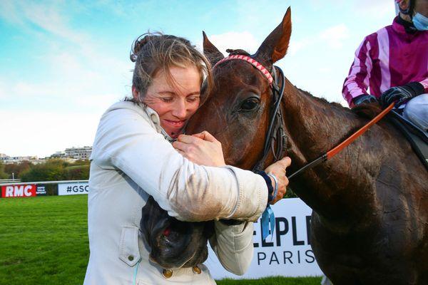 Louisa Carberry est basée en Mayenne. Elle remporte pour la première fois le Grand Steeple-Chase de Paris en tant qu'entraîneure.
