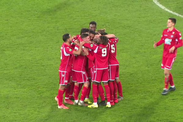 Les Lensois (en rouge) éliminent les Boulonnais au 7e tour de la Coupe de France.