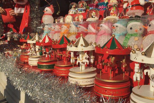 Certes, à côté des accessoires pour téléphone et des gaufres au Nutella, de nombreux stands collent plus au thème de Noël.