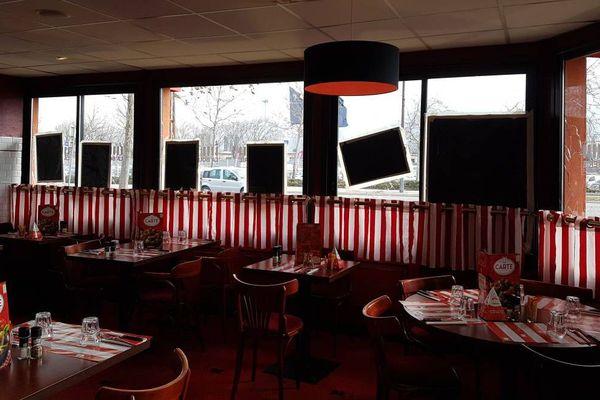 """Le restaurant """"La Boucherie"""" de Grenoble n'a pas fermé pour autant. Les vitres brisées ont été sécurisées pour accueillir les clients dès ce midi."""