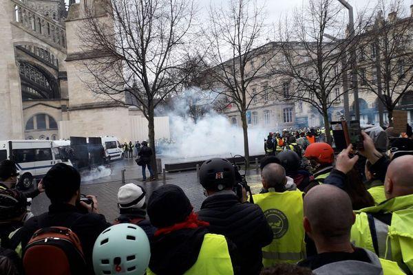 Jets de fumigènes place Pey-Berland à Bordeaux