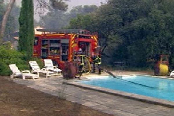 Saint-Bauzille-de-Montmel (Hérault) - les pompiers au sol se ravitaillent en eau dans les piscines - 8 août 2015.