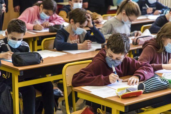 Des élèves de primaire lors d'un cours.