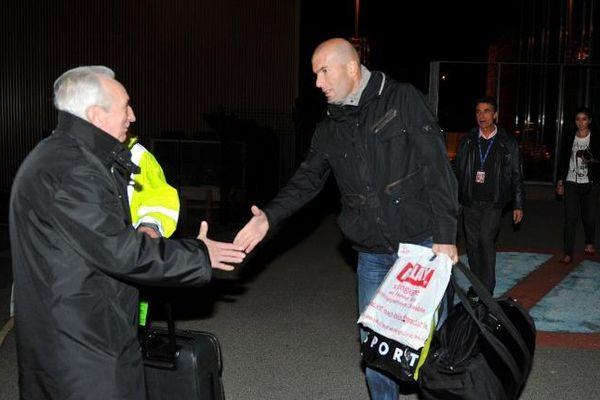 Zinedine Zidane serrant la main de Jean-Pierre Karaquillo, co-fondateur du Centre d'économie et de droit du sports, Limoges 14 novembre 2011