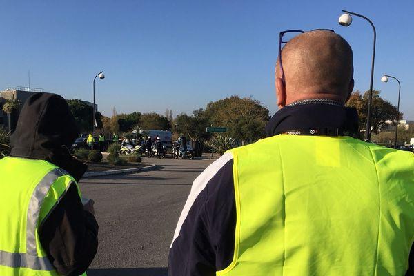 Barrage filtrant des Gilets Jaunes à l'entrée de Niort, ce lundi 19 novembre.