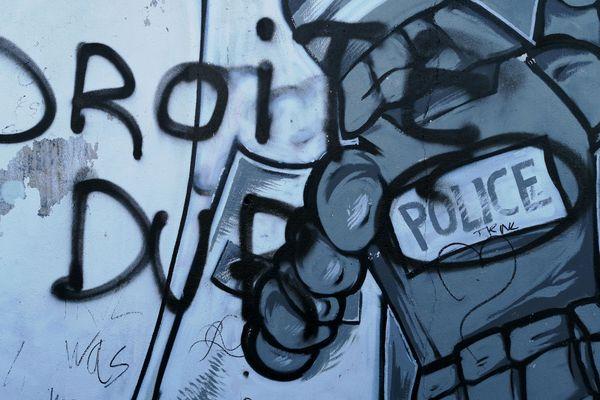 """Les inscriptions sont signées """"la droite dur""""(sic)"""