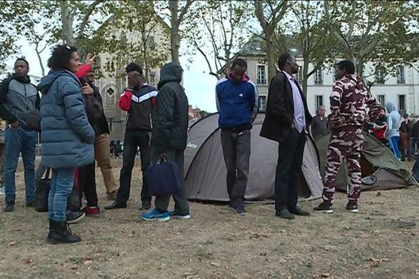 Les migrants expulsés, place Wilson à Dijon en fin d'après-midi, dans un campement improvisé.