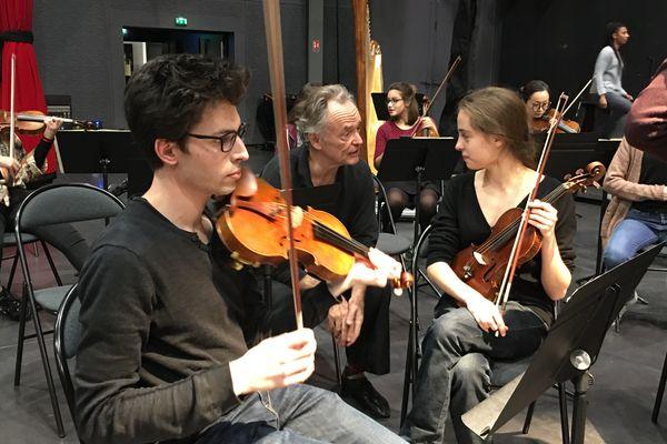 Les répétitions permettent aux élèves de se préparer aux conditions de travail d'un orchestre national.