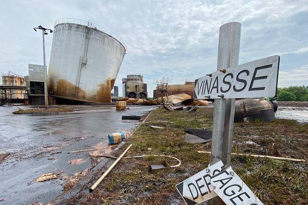 Le silo penché, quelques heures après la chute d'un autre silo au sein de la distillerie Tereos dans la Marne.