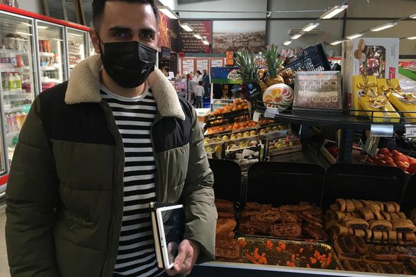 Ozcan Cokyilmaz est en déplacement professionnel. Comme les restaurants sont fermés, il en profite pour faire quelques courses pour son repas du soir.