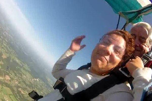 Cette jeune femme s'est offert un saut en parachute pour ses 30 ans.
