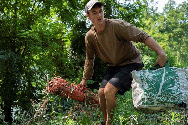 Gaspard Forest ramasse les déchets dans les cours d'eau depuis un an.