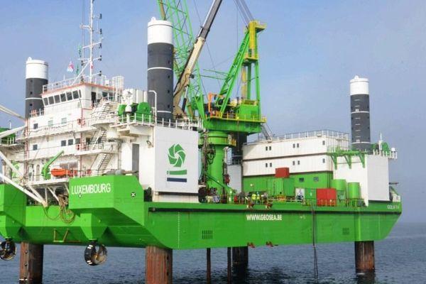 Goliath sonde la baie de Saint-Brieuc (22) le 24 octobre 2012. Le consortium Ailes marines, créée par le consortium Iberdrola/Eole-Res/Arev, effectuait une série d'études préliminaires à l'installation, en baie de Saint-Brieuc, de son futur champ éolien offshore. La mission de carottage des fonds marins avait été confiée à l'impressionnante plateforme Goliath.