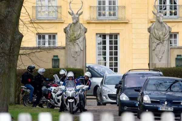 Le cortège présidentiel quitte la résidence La Lanterne, en février 2011, dans les Yvelines.