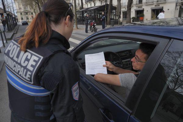 Un contrôle d'une attestation dérogatoire de déplacement