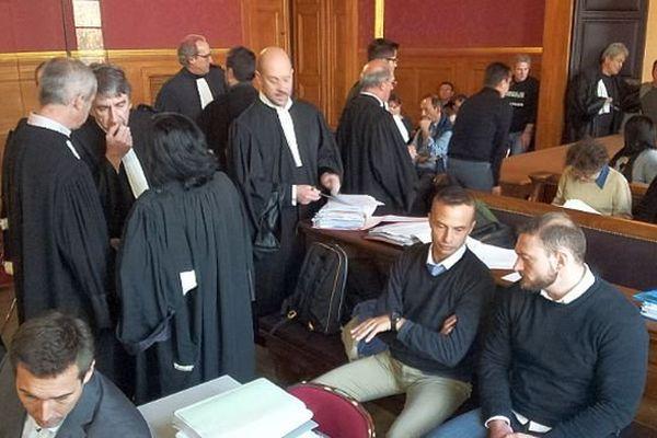 Montpellier - Jean-Baptiste Pothier et Nicolas Vizioz, 2 des 6 accusés dans l'affaire du 3e RPIMa et les avocats - 5 décembre 2013.