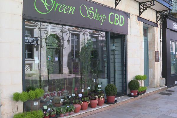 Dans leur boutique de Rochefort, le couple Labiche vend du CBD jugé illégal à Royan.