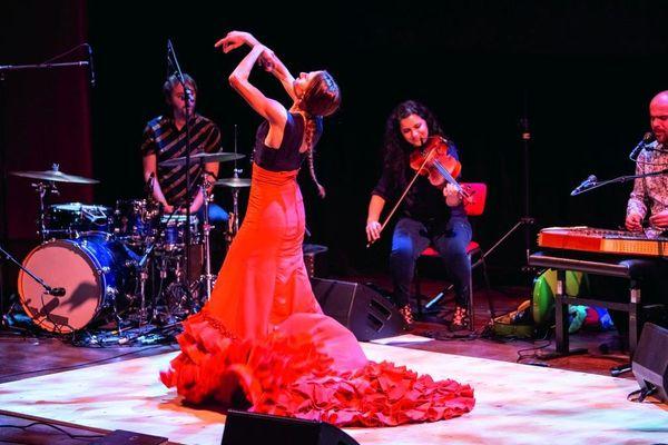 Vanesa Aibar ( Danse) - Dena Elsaffar (alto) - Lorenzo Bianchi Hoesch (Musique électronique) et Pablo Martin Jones (percussions) au festival flamenco de Nîmes