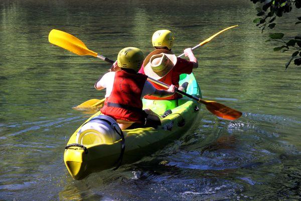 Un couple descend en kayak la rivière Hérault, à proximité de Montpellier, le 24 juin 2010 (image d'illustration).
