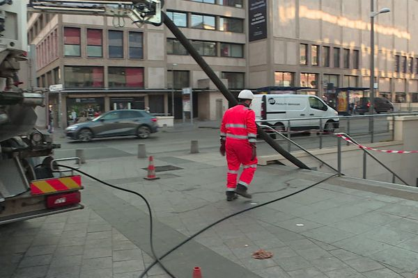 Pendant plusieurs heures, il a fallu pomper toute l'eau répandue dans la station de métro du théâtre des Arts.