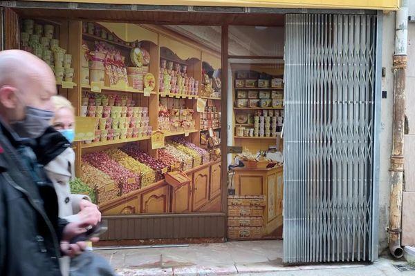Pour redonner couleurs et perspectives à ses commerces fermés et vacants, la Ville de Prades a décidé de les orner de vitrophanies pour égayer les rues et inciter de nouveaux commerçants à s'installer.