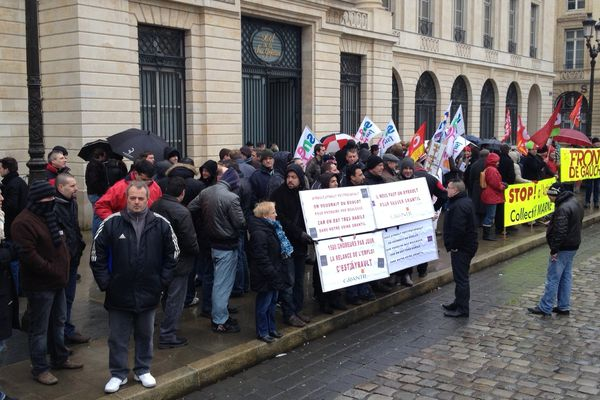 Une centaine de manifestants de divers horizons sont réunis devant la sous-préfecture de Reims, loin du Premier ministre.