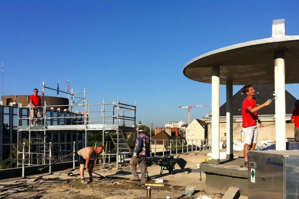 Travailleurs du bâtiment sous le soleil à Dijon