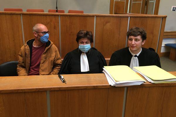 Vincenzo Vecchi avec ses avocats lors de l'audience du 2 octobre à Angers.